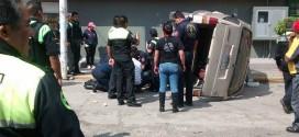 Camioneta se queda sin frenos en la entrada a la nuevo laredo esquina vía Morelos, un joven que arrolló esta grave.